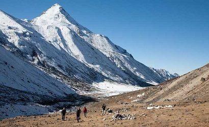 walking by kumbhakarna himal in kanchenjunga trek itinerary